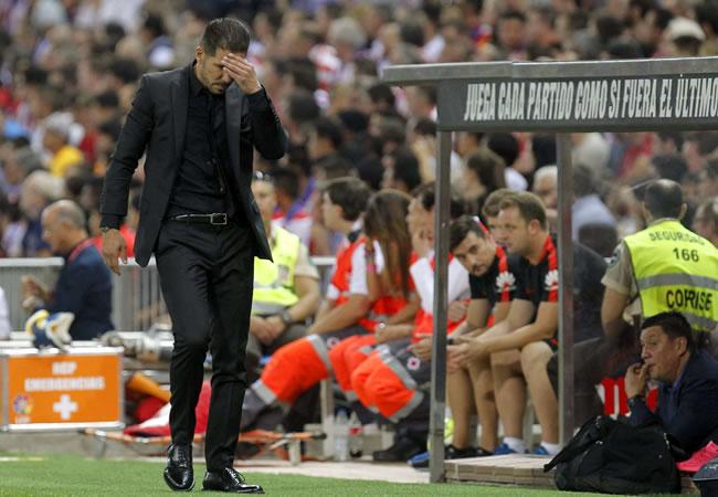 El DT argentino del Atlético de Madrid, Diego Simeone, durante el encuentro correspondiente a la tercera jornada de primera división, que disputan ante Barcelona. Foto: EFE