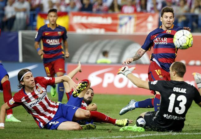 El delantero argentino del FC Barcelona, Leo Messi (2d), golpea el balón ante los jugadores del At. de Madrid. Foto: EFE