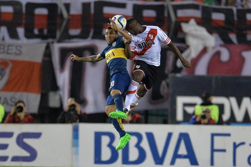 El jugador de Boca Juniors Carlos Tevez (i) disputa la pelota con Alvarez Balanta (d) de River. EFE