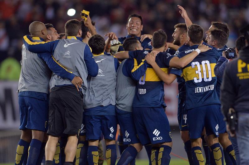 Jugadores de Boca Juniors festejan después de vencer a River Plate. EFE