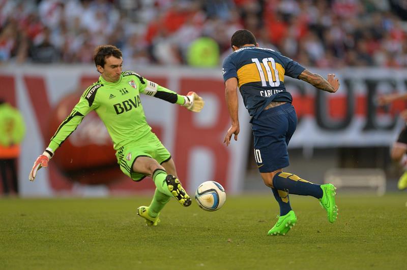 El jugador de Boca Juniors Carlos Tevez (d) disputa la pelota con el guardameta Marcelo Barovero (i) de River Plate. EFE