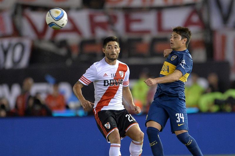El jugador de Boca Juniors Sebastián Palacios (d) disputa la pelota con Milton Casco (i) de River. EFE
