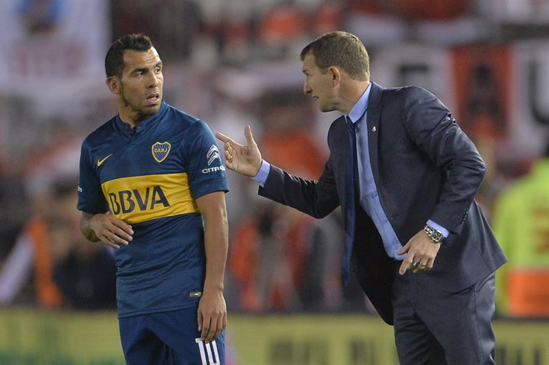 El jugador de Boca Juniors Carlos Tevez (i) habla con el entrenador Rodolfo Arruabarrena. EFE
