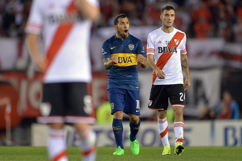 El jugador de Boca Juniors Carlos Tevez (c) celebra después de vencer a River. EFE