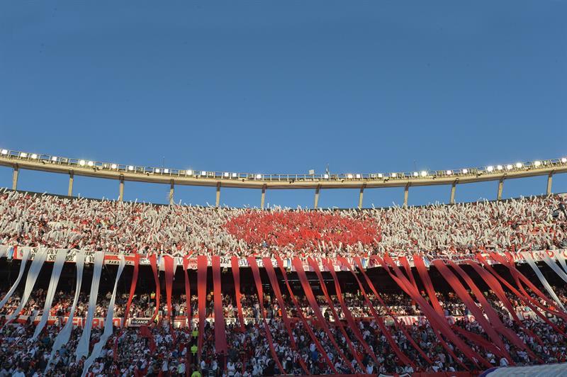 Fanáticos de River Plate animan a su equipo ante Boca Juniors. EFE