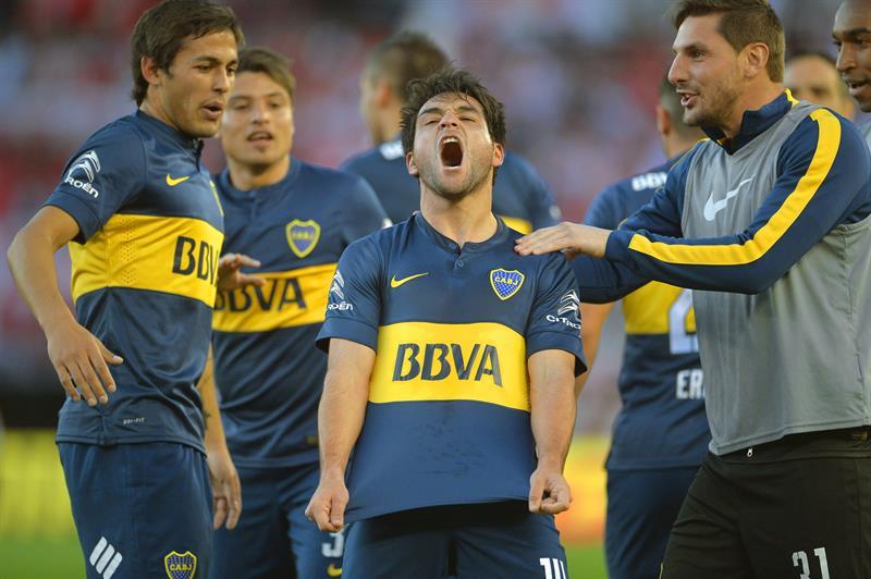 El jugador de Boca Juniors Nicolás Lodeiro (c) celebra su gol contra River. EFE