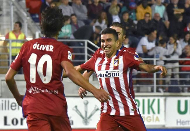 El delantero argentino del Atlético de Madrid Ángel Correa (d) celebra el gol marcado ante el Eibar. EFE