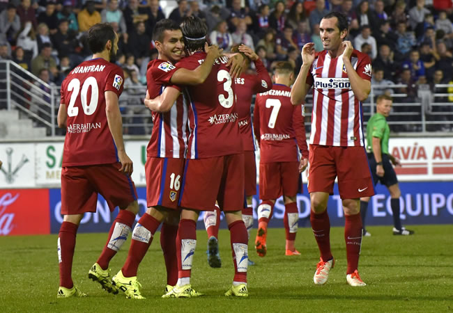 El delantero argentino del Atlético de Madrid Ángel Correa (2i) celebra con sus compañeros, el gol marcado ante el Eibar. Foto: EFE
