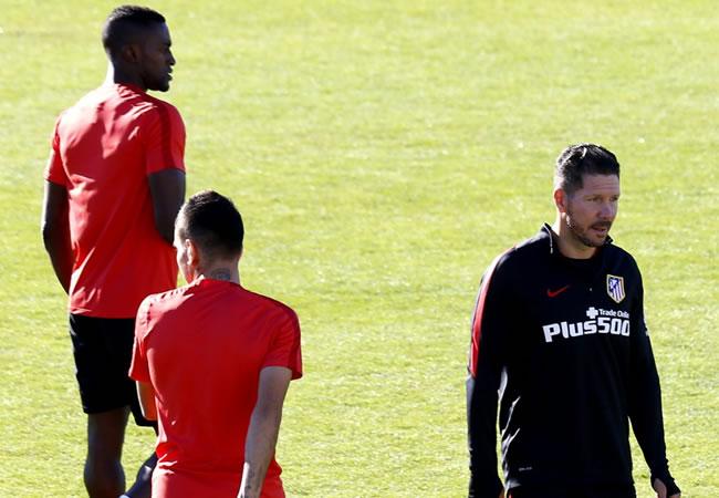 El DT del Atlético de Madrid, el argentino Diego Simeone, durante el entrenamiento que el conjunto rojiblanco ha realizado hoy en la Ciudad Deportiva de Cerro del Espino. Foto: EFE