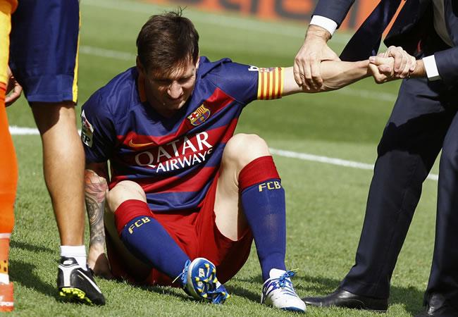 El delantero argentino del FC Barcelona Leo Messi, lesionado en una jugada en el partido de la sexta jornada de Liga en Primera División entre el FC Barcelona y la UD Las Palmas. EFE