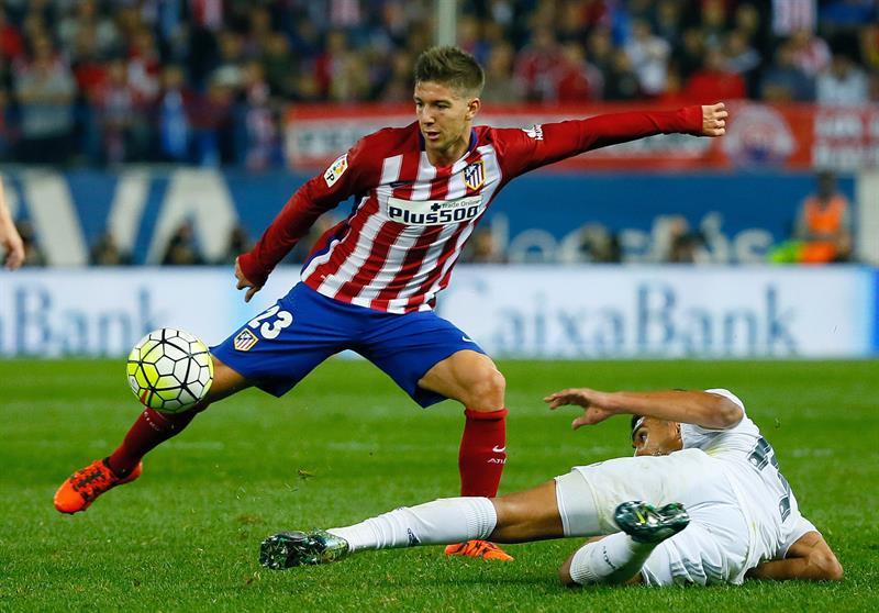 El delantero argentino del Atlético de Madrid Luciano Vietto (i) lanza ante el centrocampista brasileño. EFE