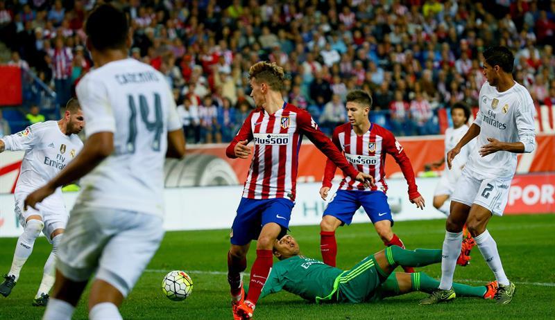 El delantero argentino del Atlético de Madrid Luciano Vietto (2d) ante el portero del Real Madrid Keylor Navas. EFE