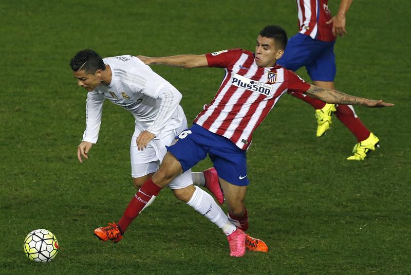 El delantero portugués del Real Madrid Cristiano Ronaldo (i) y el delantero argentino del Atlético de Madrid Ángel Correa. EFE