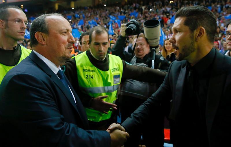 Los entrenadores del Atlético de Madrid, el argentino Diego Pablo Simeone (d), y del Real Madrid, Rafa Benítez se saludan. EFE