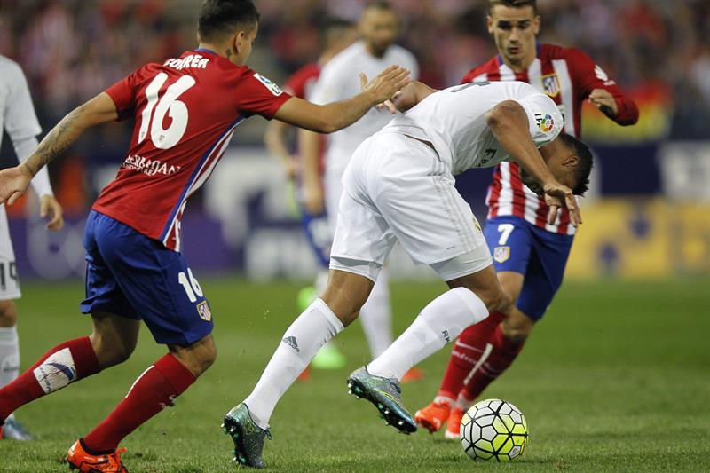 El delantero argentino del Atlético de Madrid Ángel Correa (i) y el centrocampista brasileño del Real Madrid Carlos Henrique. EFE