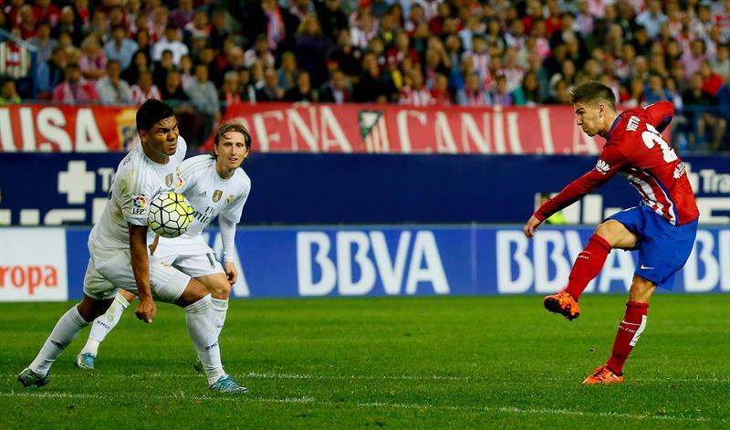 El delantero argentino del Atlético de Madrid Luciano Vietto (d) lanza ante el centrocampista brasileño del Real Madrid. EFE