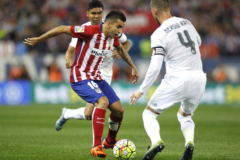 El delantero argentino del Atlético de Madrid, Angel Correa (i) y el defensa del Real Madrid, Sergio Ramos. EFE
