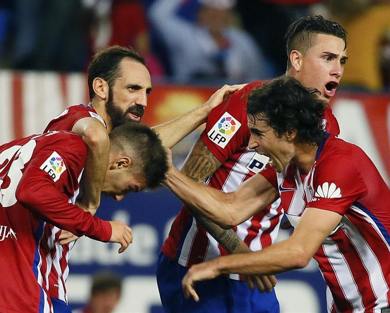 El delantero argentino del Atlético de Madrid Luciano Vietto (i) es felicitado. EFE