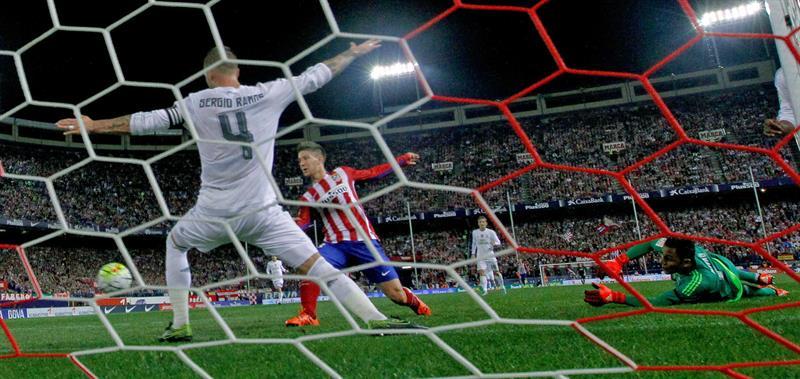 El delantero argentino del At. de Madrid, Luciano Vietto (c), consigue el gol del equipo rojiblanco ante los jugadores del Real Madrid. EFE