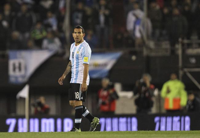 El argentino Carlos Tevez ante Ecuador por las eliminatorias al mundial de fútbol Rusia 2018. EFE