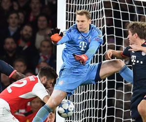 Un error de Neuer le da esperanza al Arsenal