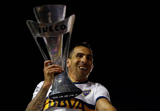 Carlos Tevez, de Boca Juniors levanta la copa de su victoria ante Tigre. EFE