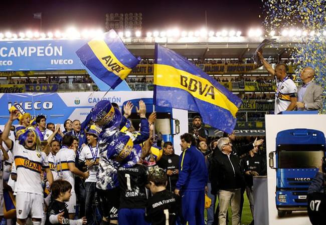 Daniel Diaz (d), capitán de Boca Juniors, Levanta y muestra la copa a sus compañeros, tras la victoria de su equipo ante Tigre. EFE