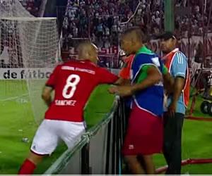Carlos Sánchez golpeó un alcanza pelotas