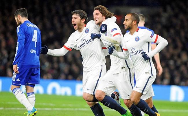 Los jugadores del PSG celebran el primer gol de su equipo frente al Chelsea. Foto: EFE