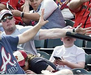 Viral: Padre salva a su hijo de un 'batazo' en la cara