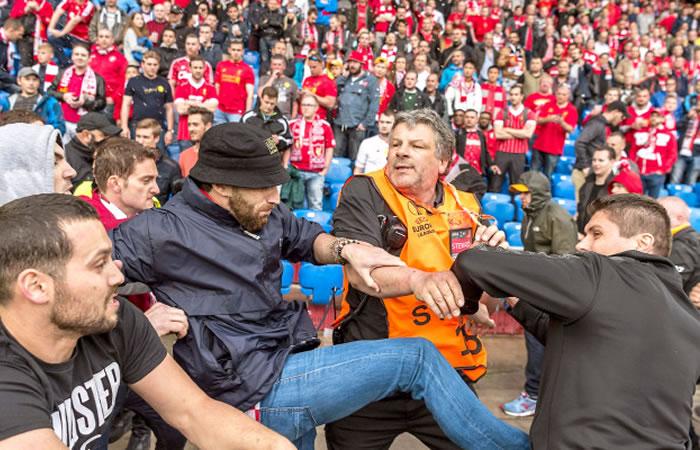 Liverpool vs. Sevilla: pelea entre hinchas antes del partido