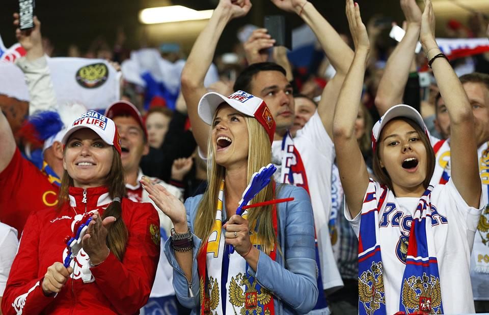 Hinchas de Rusia apoyando a su selección frente a Eslovaquia. Foto: EFE