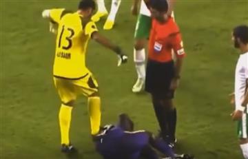 Tremenda patada recibió este colombiano, mientras estaba en el suelo