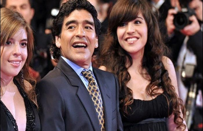 Diego Armando Maradona y sus hijas. Foto: AFP