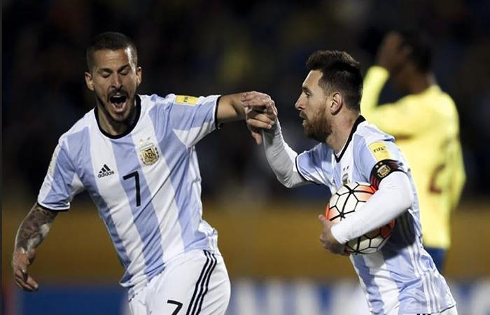 Lionel Messi y Darío Benedetto en la Selección Argentina. (FOTO: AFP)