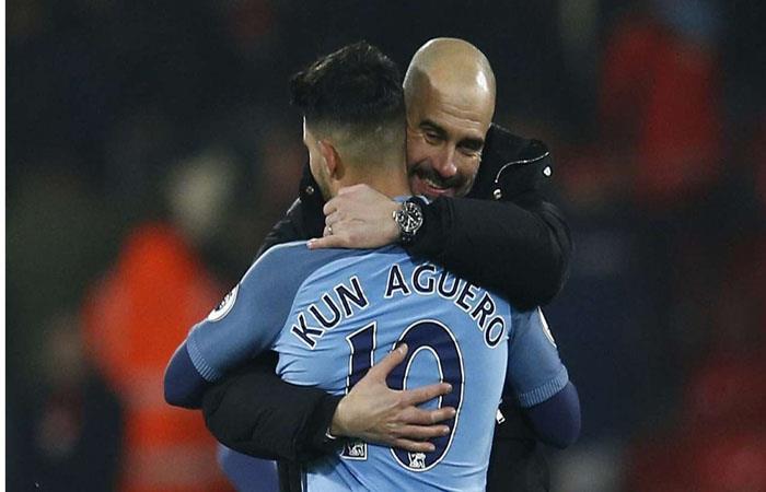 Pep Guardiola y Sergio Agüero. (AFP)