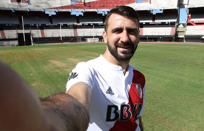 El flamante fichaje de River ya posa con la mica del 'Millo' (Foto: Facebook River Plate)