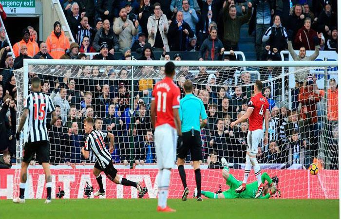 El Manchester United no pudo ganar y se aleja del milagro del título. (Facebook Premier League)