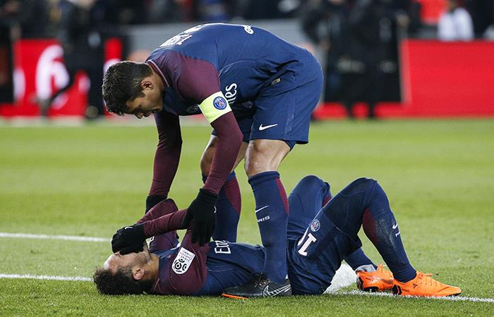 Neymar estará 6 meses de baja. (AFP)