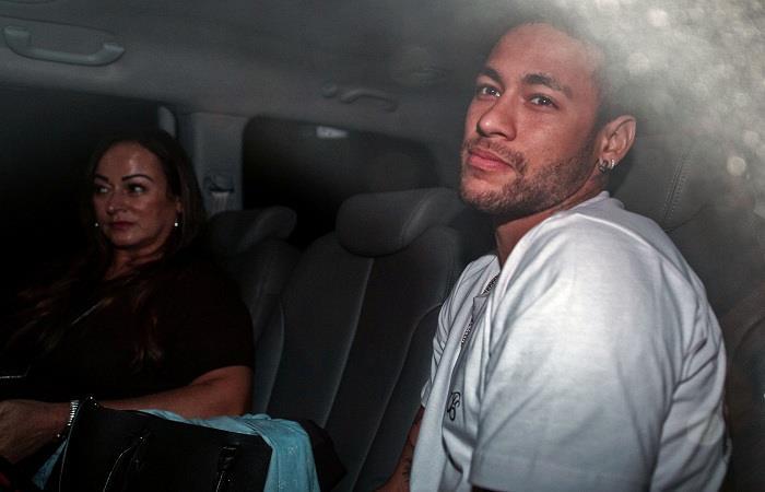 Neymar y su madre Nadine Goncalves Da Silva en su llegada al hospital. (AFP). Foto: AFP