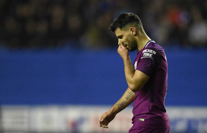 Sergio Agüero sufró una lesión en la rodilla. (AFP)