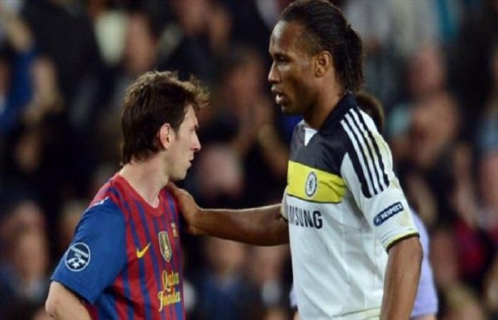 Lionel Messi junto a Didier Drogba. (AFP). Foto: AFP