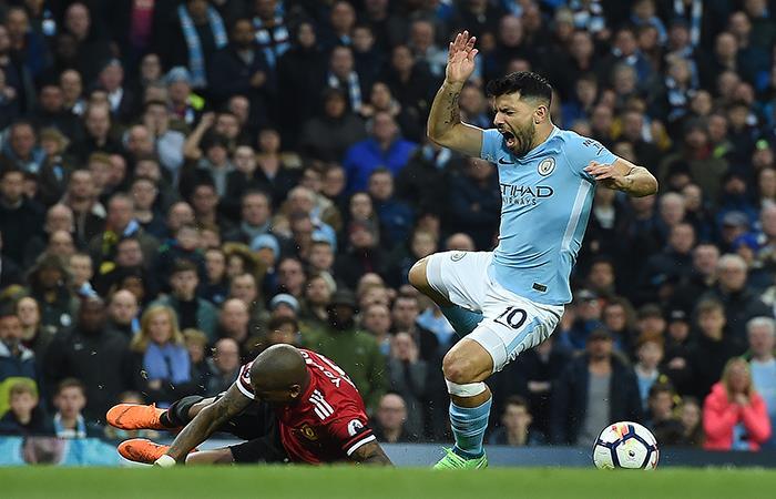 Sergio Agüero recibió una dura falta en el área que el árbitro no vio. (AFP). Foto: AFP
