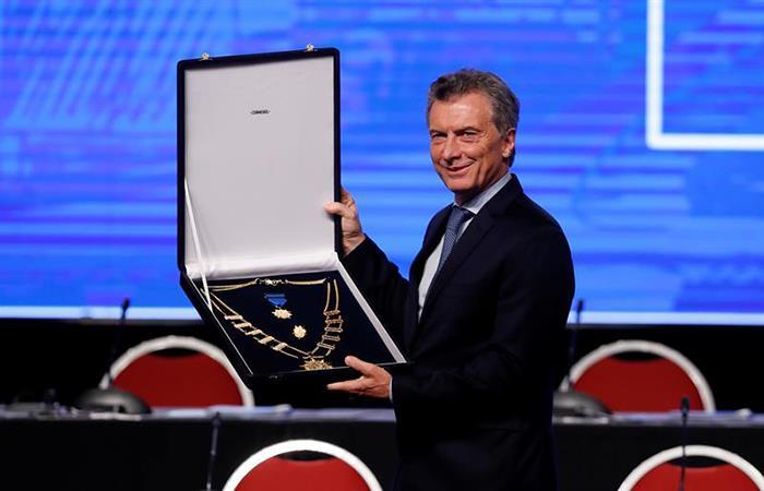 Mauricio Macri con el premio otorgado por la Conmebol. (EFE)