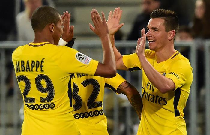 Giovani Lo Celso celebra su gol con Mbappé. (AFP)