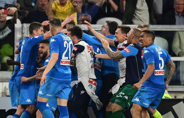 El gol del Napoli sobre el final que desató la locura en el estadio. (AFP)