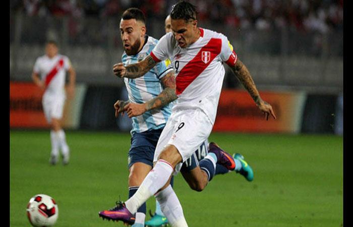 Paolo Guerrero jugando ante la Argentina. (). Foto: EFE