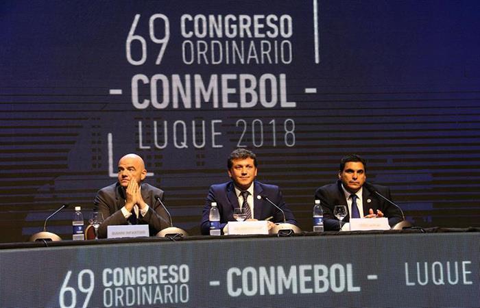 El presidente de la FIFA, Gianni Infantino (i), el presidente de la Conmebol Alejandro Domínguez (c), y presidente de la Asociación Paraguaya de Fútbol, Robert Harrison. (). Foto: EFE