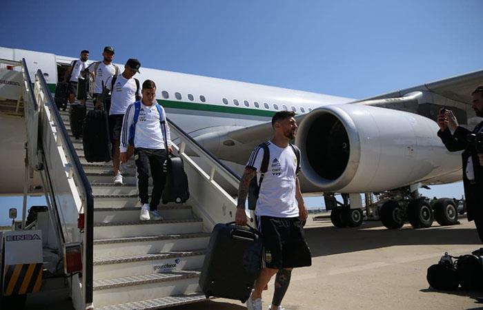 Lionel Messi encabeza al equipo en su llegada a Barcelona. Foto: Twitter