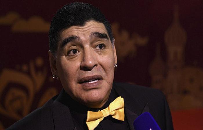 Diego Armando Maradona será internado por un problema en la rodilla. (FOTO: AFP)